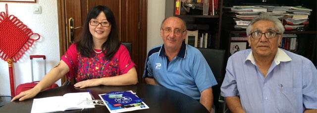 诚信基金会免费培训华人女子踢足球