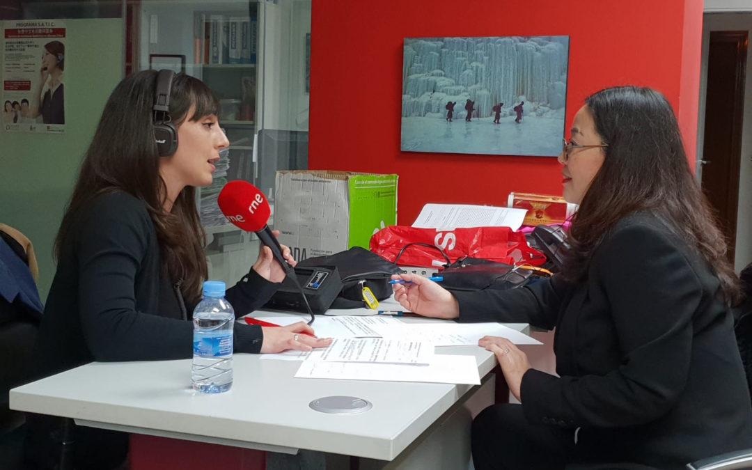 西班牙国家广播电台就医用物资缺乏之事采访诚信基金会理事长 JULIA 张振荣女士